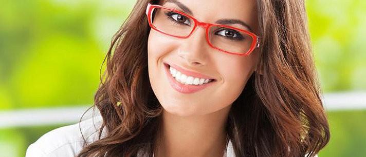 Aprenda a combinar penteados com os óculos
