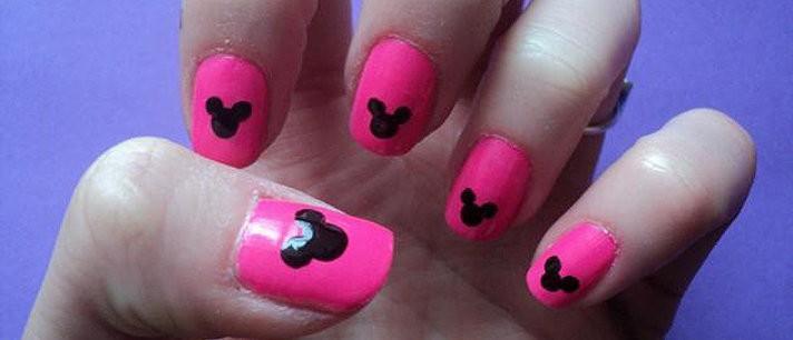 Unhas decoradas com Mickey Mouse