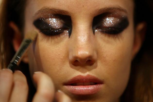 3 maneiras de usar maquiagem com glitter