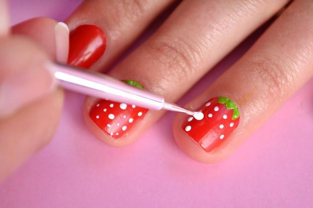 Decoração de unhas com morangos!