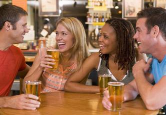 5 alimentos que você deve comer antes de beber álcool