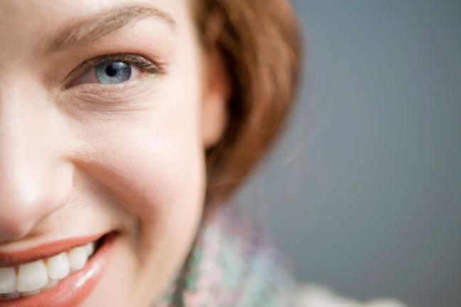 Como realizar exercícios faciais para rejuvenescer o rosto?
