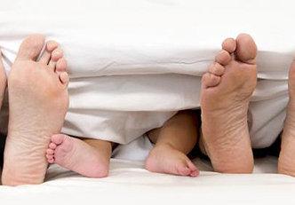 Até que idade as crianças podem dormir com os pais?