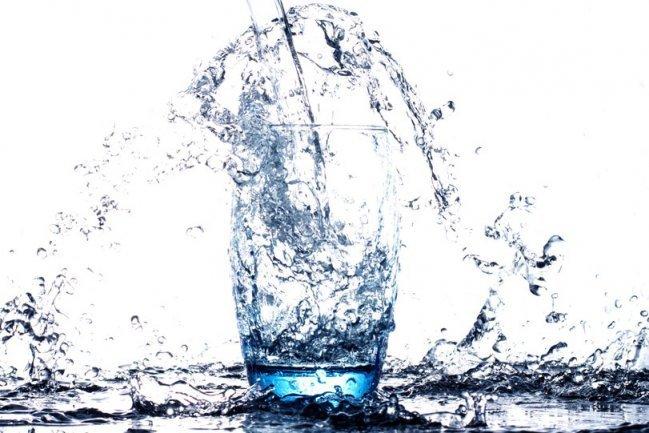 O que é melhor beber: água sem gás ou água com gás?