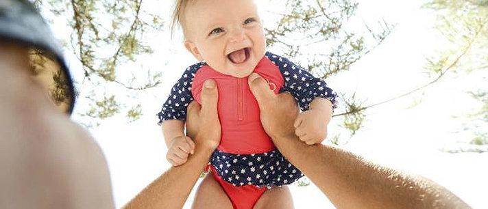 Descubra porque você não deve levantar seu bebê pelos braços