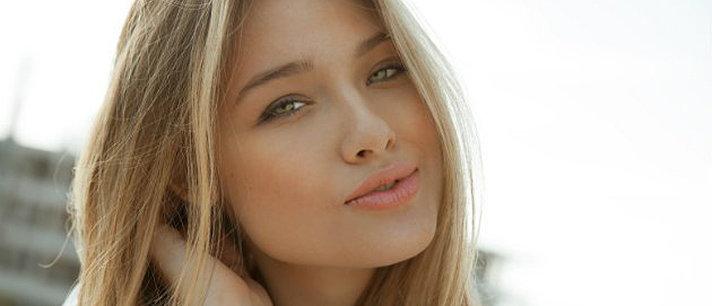 4 maneiras de prevenir o frizz ao secar o cabelo