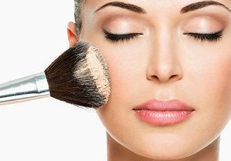 Maquiagem com esponja, pincel ou dedos?