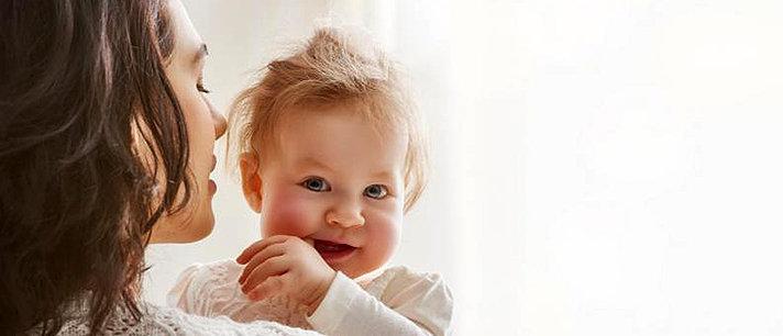 Com quantos meses o bebê começa a engatinhar e andar?